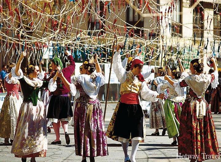 Отдых в Испании в июле уличные шествия