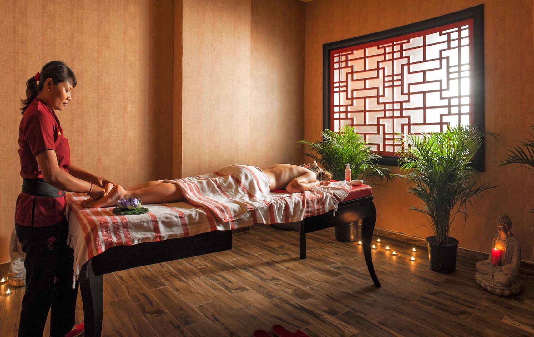 Профессиональный корректирующий и антицеллюлитный массажи помогут довести фигуру за время отдыха до совершенства.