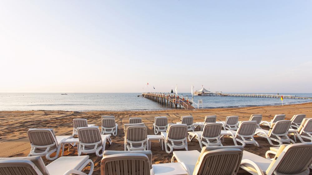Пляж идеален для отдыха с детьми – здесь им удобно строить замки