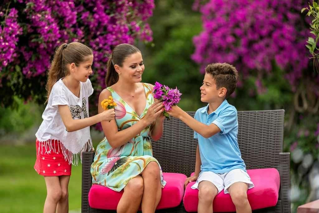 Цветы. Живую красоту выращивают и высаживают даже... дети отдыхающих.